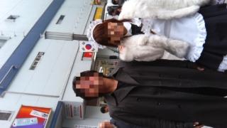 秋葉原駅前で記念撮影する大学生とメイド