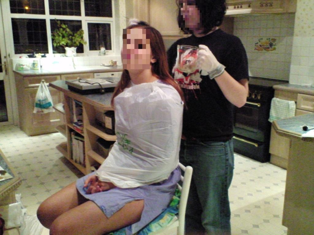 ロンドンのホームステイでイギリス美女に髪を染めてもらうロシア美女