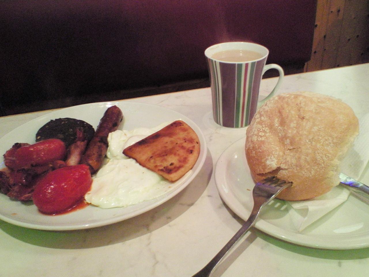エディンバラのカフェのイングリッシュブレックファーストとカフェラテ