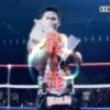 史上最強王者、K-1WORLDMAXで優勝して優勝カップを抱えるブアカーオ・ポー・プラムック